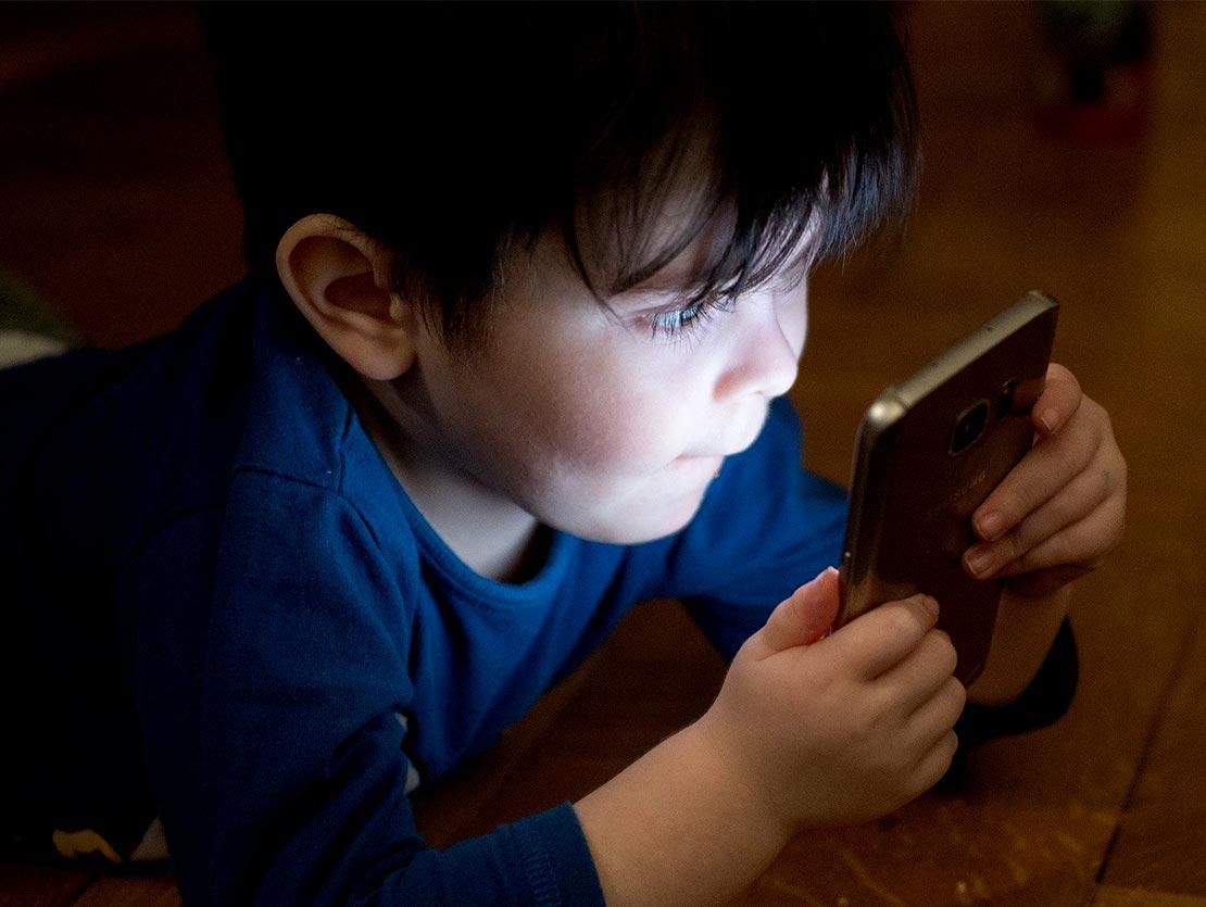 Kleinkind spielt mit dem Handy